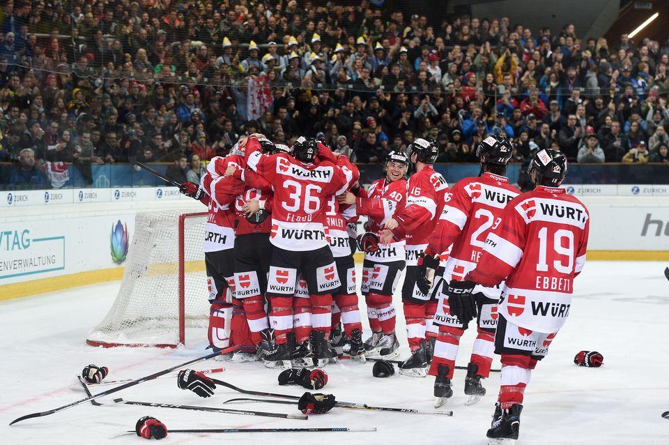 Les joueurs du Team Canada ont fêté comme il se doit leur 14e succès dans le tournoi. [Mélanie Duchene - Keystone]