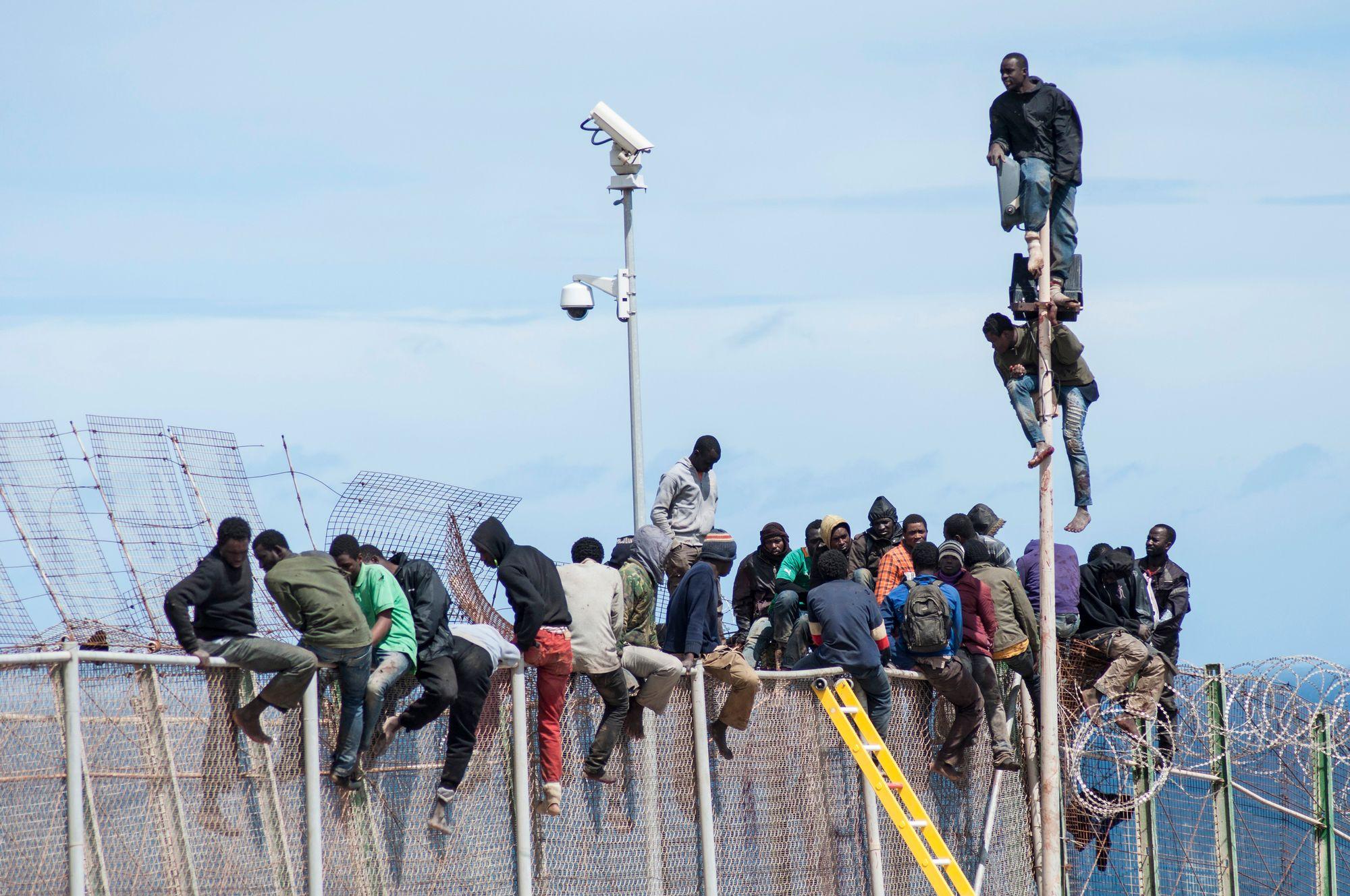Un millier de migrants tentent d'entrer dans l'enclave espagnole de Ceuta — Maroc