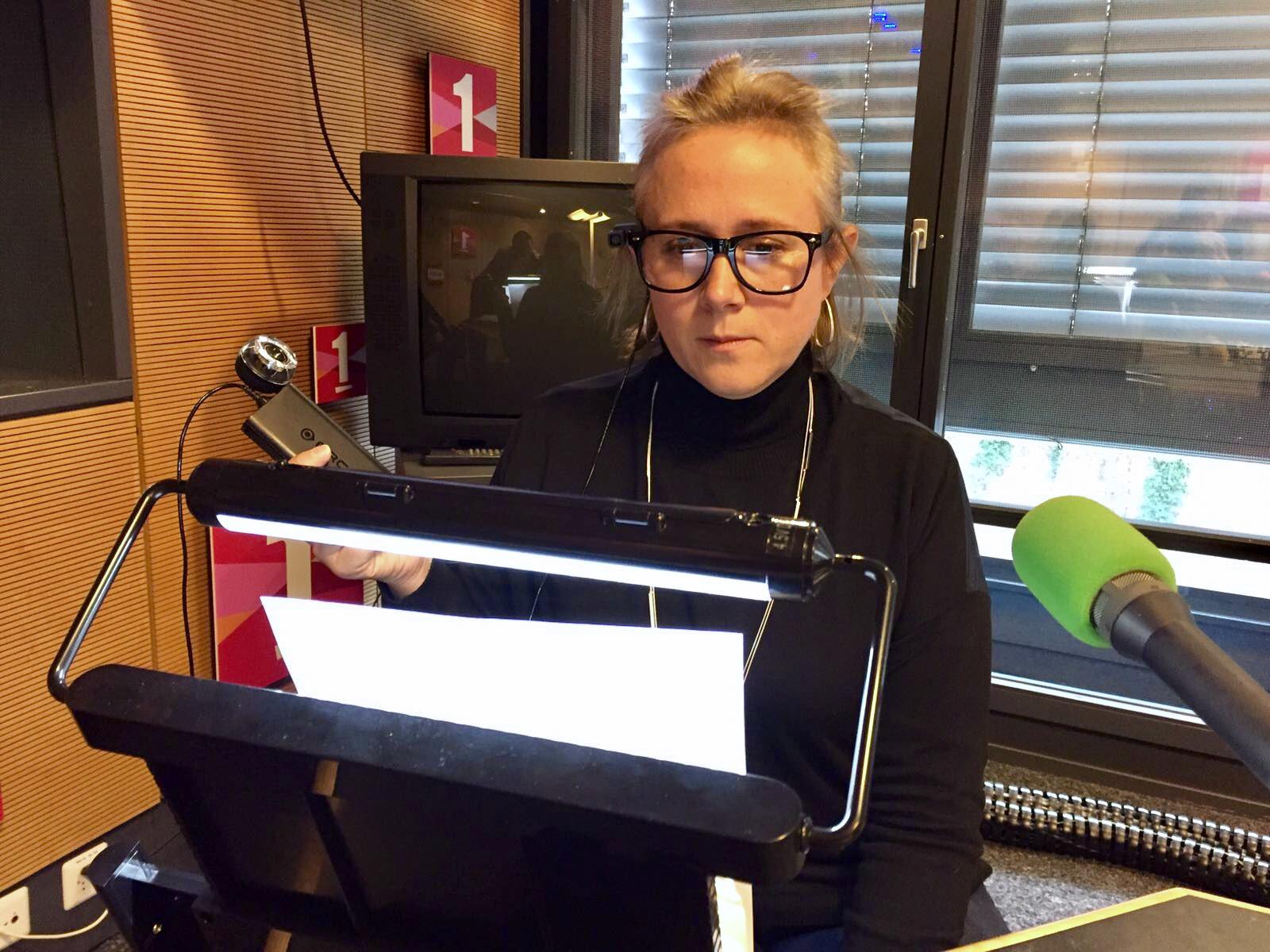 Peggy Préteceille, consultante en basse vision à la Fondation AccessAbility de Neuchâtel, fait la démonstration des lunettes MyEye. RTS [RTS]