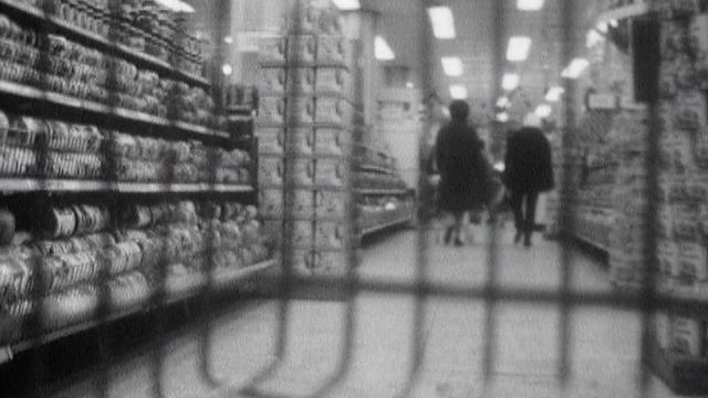 Dans les rayons d'un supermarché en 1973. [RTS]