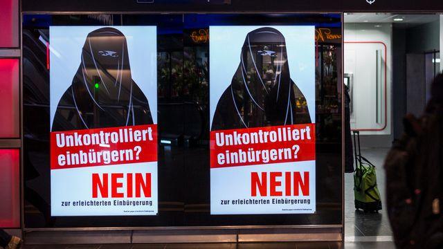 Les affiches de l'UDC contre la naturalisation facilitée en votation le 12 février. [Alessandro della Valle - keystone]