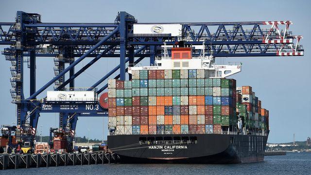 La taxe au tonnage pourrait entraîner l'implantation d'entreprises de transport génératrices d'emploi. [Dan Himbrechts - EPA/Keystone]