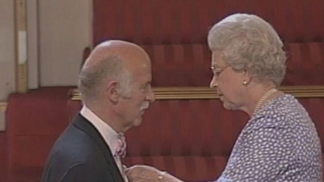 Anton Mosimann décoré par la reine Elisabeth d'Angleterre en 2004 [RTS]