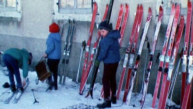 Le ski de fond, un moyen de locomotion pour les enfants de la Brévine en 1969. [RTS]