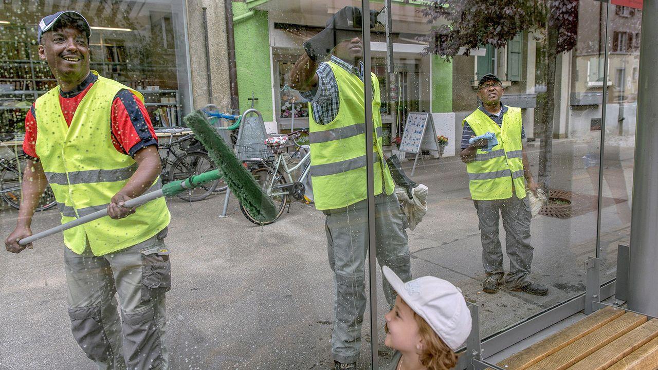 A Berne, un programme d'intégration assure la propreté dans les transports publics. [berngegenrassismus.ch]