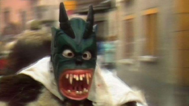 Une peluche du carnaval d'Evolène en 1989. [RTS]