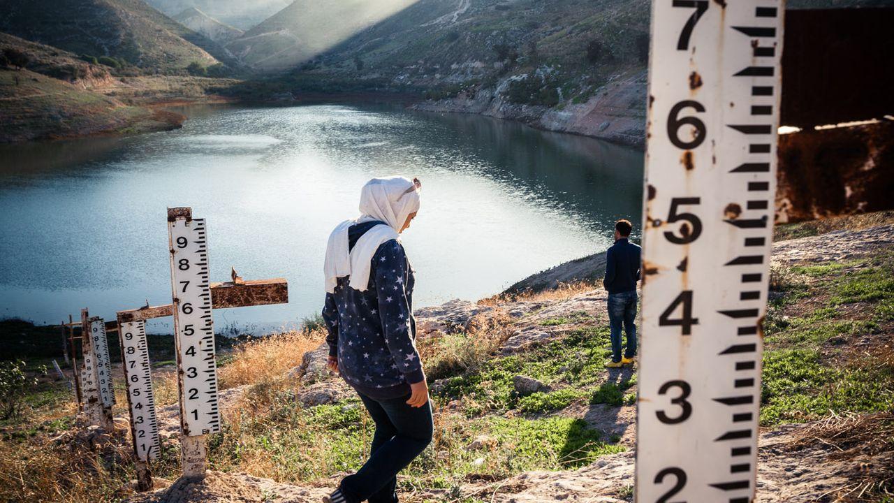 Jordanie – Inutiles échelles de crue... Le lac de barrage de Ziglab, situé sur un affluent du Jourdain, est presque à sec. La surexploitation du cours d'eau a fait perdre à ce réservoir, qui alimente les plantations de Jordanie, 80% de sa capacité en 15 ans. [Franck Vogel - Franck Vogel]