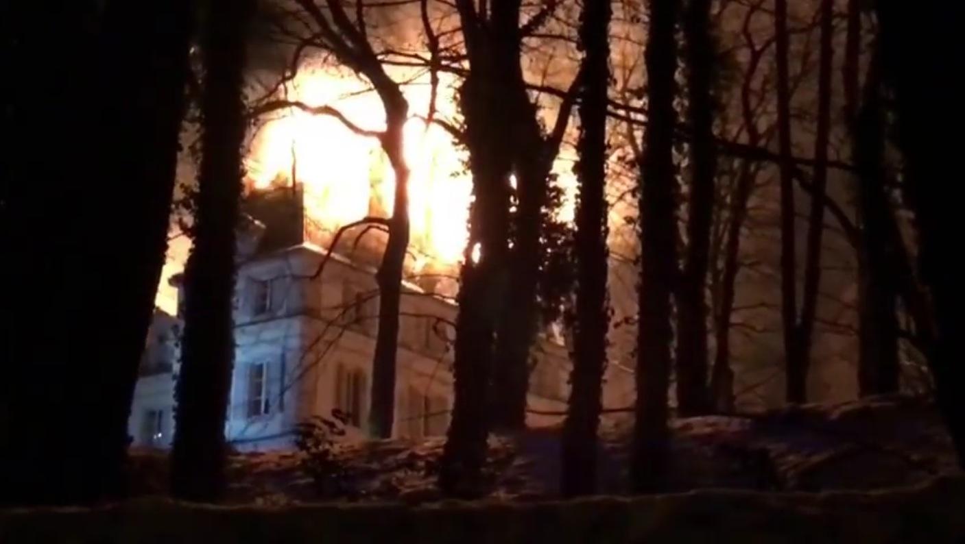Le château de Divonne-Les-Bains en flammes — Ain