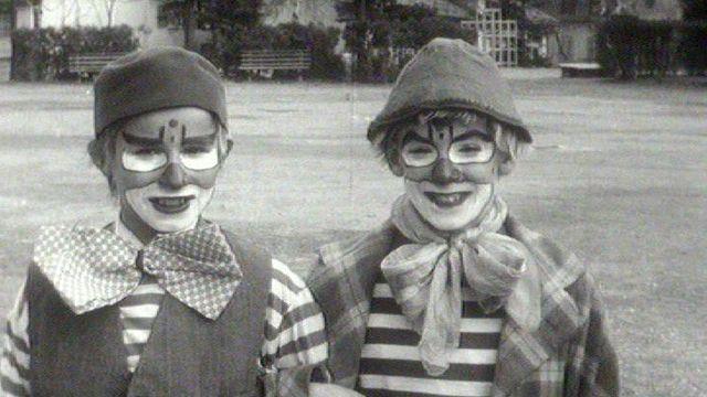 Deux enfants déguisés en clown durant carnaval en 1962. [RTS]