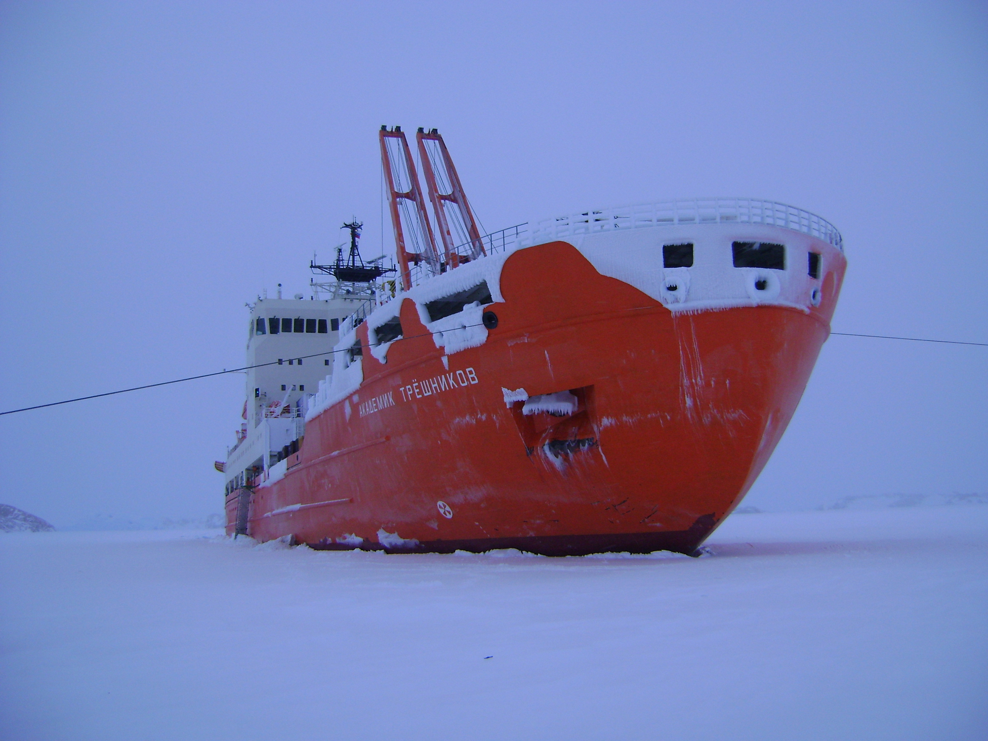 Le navire scientifique Akademik Treshnikov en conditions polaires.