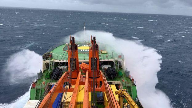 ACE Expedition: le navire et les vagues
