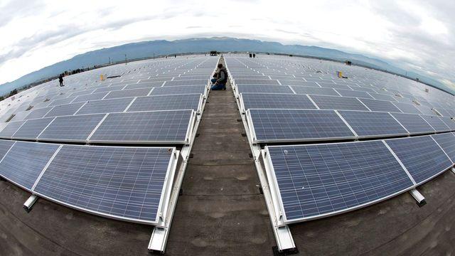 Des panneaux solaires sur le toit de Palexpo à Genève. [Salvatore Di Nolfi - Keystone]