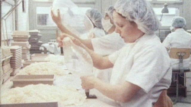 Contrôle des préservatifs dans une fabrique. [RTS]