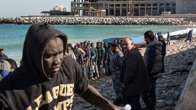 Des migrants sur une plage de la région de Tripoli, en Libye, le 4 janvier 2017. [Taha Jawashi - AFP]