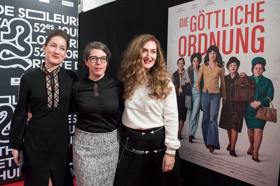 """Marie Leuenberger, l'actrice principale de """"L'ordre divin"""", aux côtés de la réalisatrice Petra Volpe, et de l'actrice Rachel Braunschweig, le 19 janvier à Soleure."""