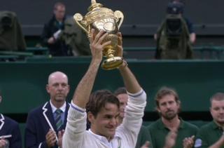 Wimbledon 2012, Roger Federer soulève son 17e trophée dans un tournoi du Grand Chelem. [RTS]