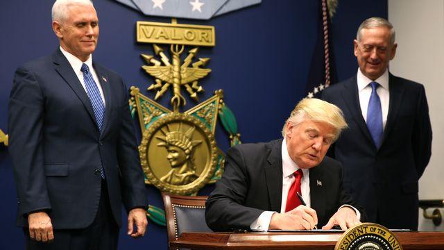 """Donald Trump signe un décret pour """"protéger la nation contre l'entrée de terroristes étrangers aux Etats-Unis"""". [REUTERS/Carlos Barria ]"""