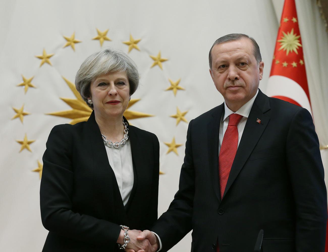 Après Trump, Theresa May courtise Erdogan