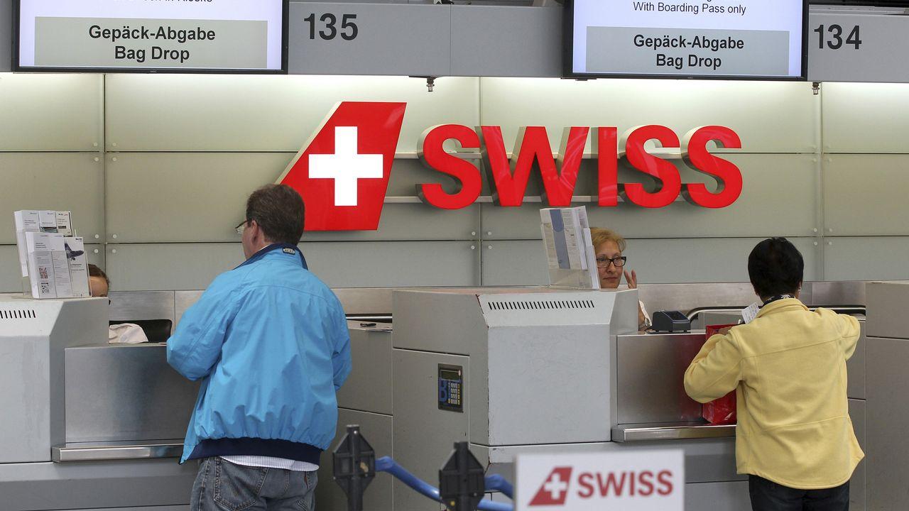 Des passagers au chek-in de Swiss à l'aéroport de Zurich. [Arnd Wiegmann  - reuters]