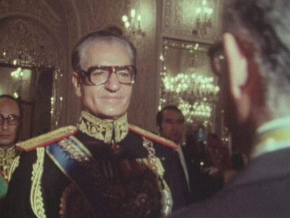 L'Iran un pays qui compte: le shah reçoit les bons voeux des ambasseurs occidentaux en 1978. [RTS]