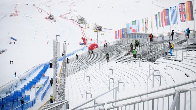 Météo à ne pas mettre un skieur sur les pistes en ce lundi. [Gian Ehrenzeller - Keystone]