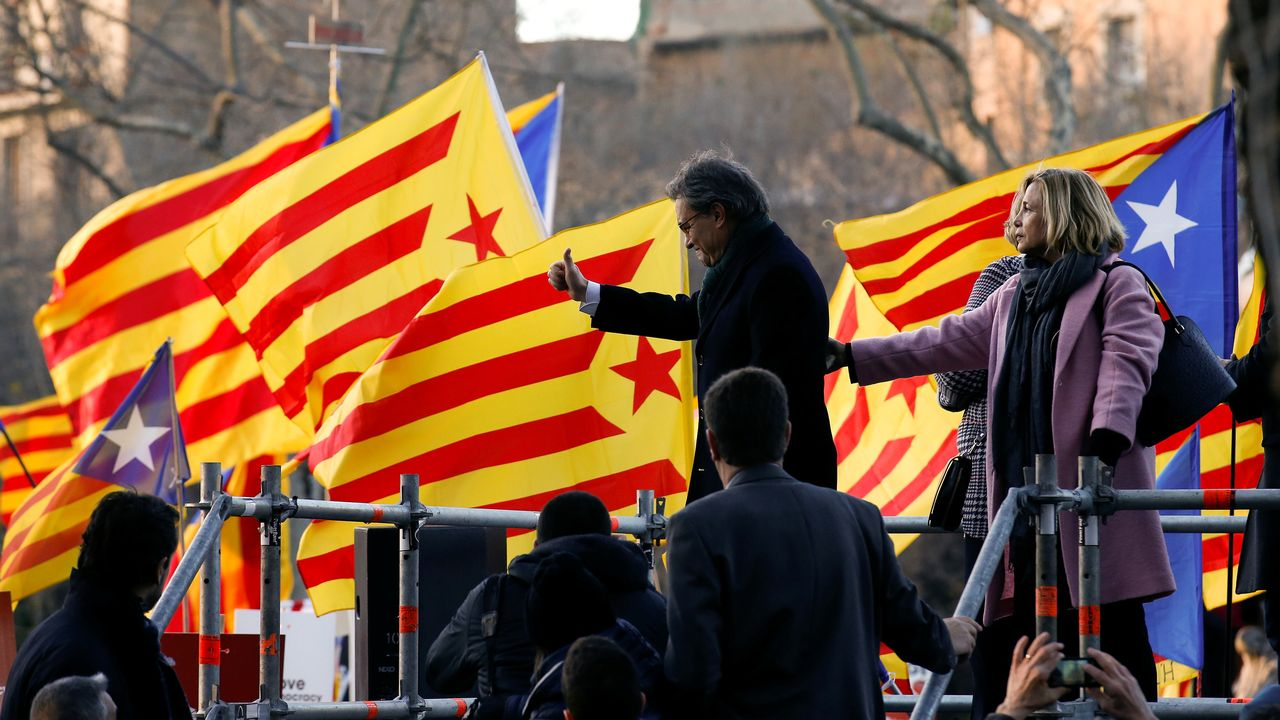 Former Catalan President Artur Mas and former regional councilors Joana Ortega and Irene Rigau gesture to a crowd of people waving Catalan Estelada flags as they arrived to court in Barcelona, Spain, February 6, 2017. REUTERS/Albert Gea [Albert Gea - Reuters]
