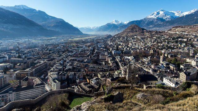 Vue de la ville de Sion et de la plaine du Rhône depuis le château de Valère. [Olivier Maire - Keystone]