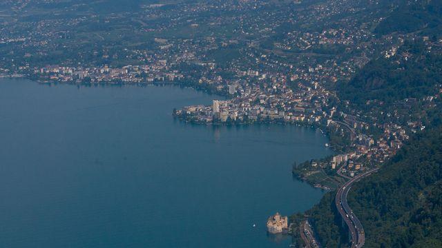 Une vue aerienne du Chateau de Chillon, de l'autoroute A9 et de la Ville de Montreux, ce jeudi 13 aout 2015 a Villeneuve. (KEYSTONE/Maxime Schmid)  [Maxime Schmid - KEYSTONE]