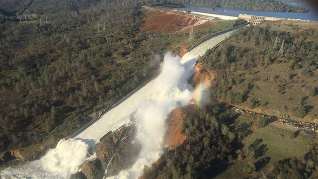 Le barrage se situe en amont et à l'est de la ville d'Oroville, une localité qui compte 16'260 habitants. [EPA CALIFORNIA DWR - Keystone]