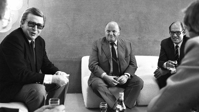 René Schenker (gauche), avec Orst Stein et Guillaume Chenevière en 1980. [RTS]