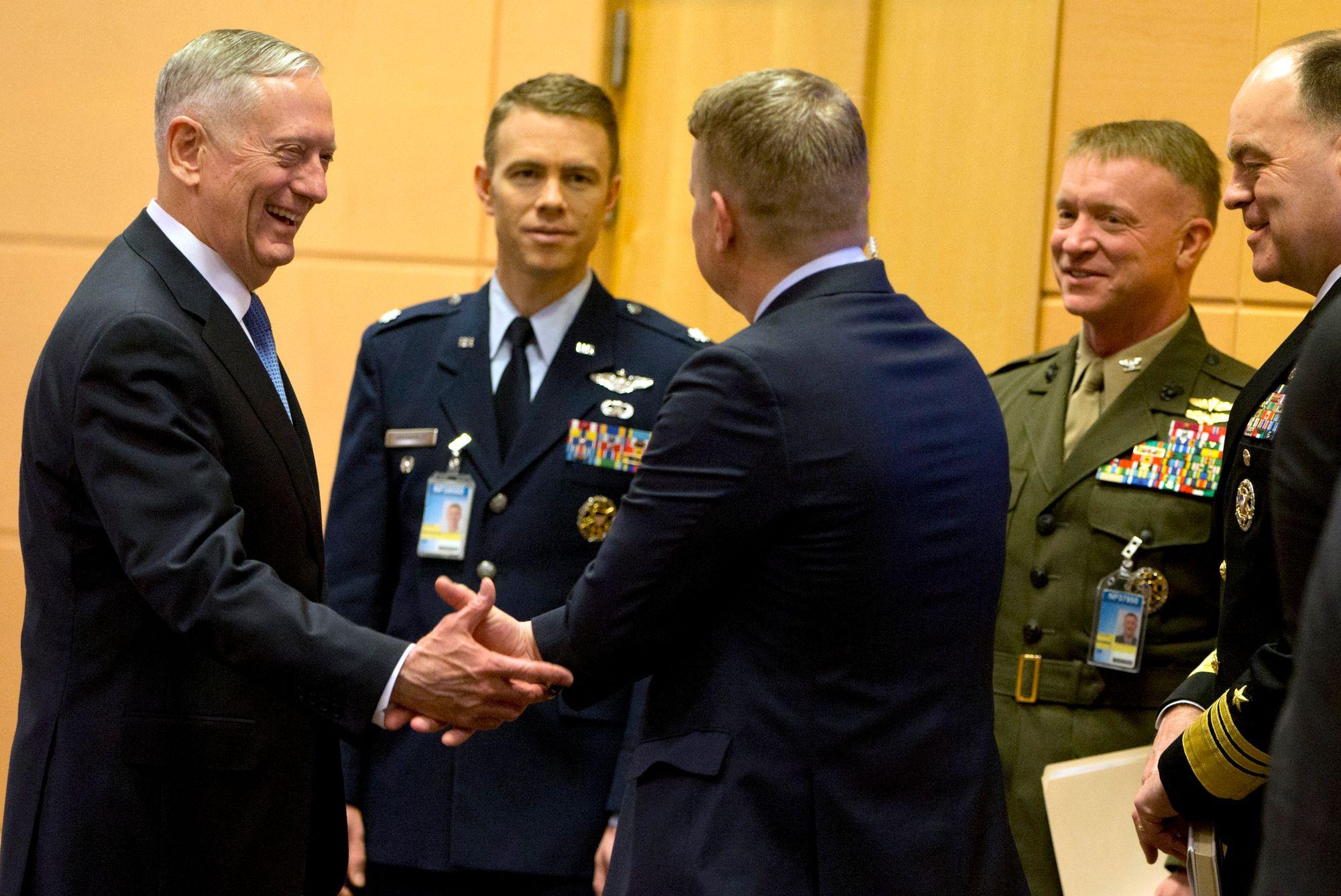 Première visite du chef du Pentagone pour dissiper le flou — Otan