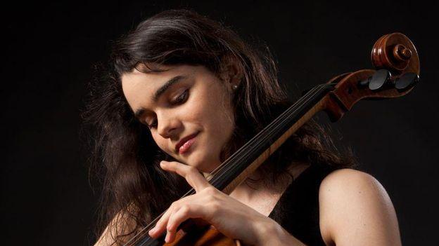 Versus-écouter - Bach and friends avec Estelle Revaz, violoncelliste