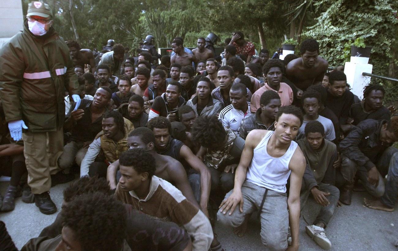 Près de cinq cents migrants forcent la frontière à Ceuta — Maroc