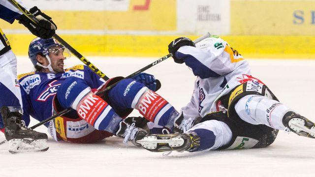 Matthias Joggi (Bienne à droite) au sol après un duel contre le défenseur de Kloten Tim Ramholt. [Patrick B. Kraemer - Keystone]
