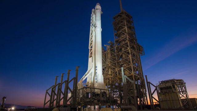 Une fusée Falcon 9 de la société SpaceX sur sa plateforme de lancement à Cap Canaveral, 18.02.2017. [EPA/SpaceX]
