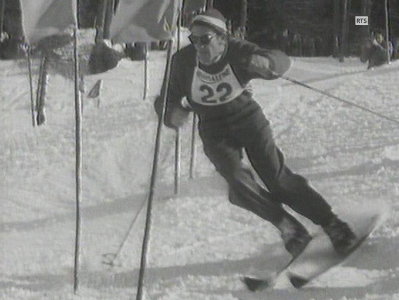 Aux pieds les skis Vampire