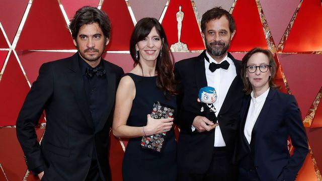 """Max Karli, Pauline Gygax, Claude Barras et Céline Sciamma, l'équipe du film """"Ma vie de Courgette"""" au Dolby Theater d'Hollywood pour la cérémonie des Oscars. [EPA/Paul Buck - Keystone]"""