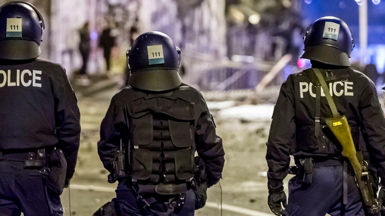 Des policiers près de la Reitschule à Berne samedi soir. [Stringer - Keystone]