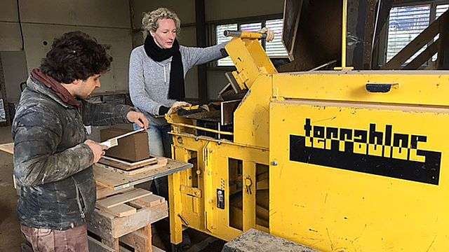 Terrabloc remet au goût du jour une technique très ancienne, la brique en terre crue. [Mathieu Cupelin - RTS]