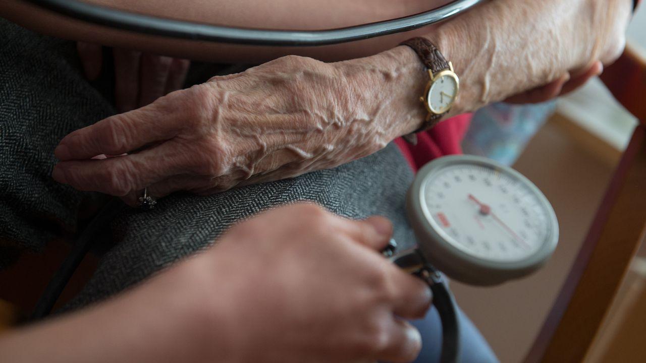 Une personne de plus de 96 ans coûte en moyenne plus de 100'000 francs par an au système de santé suisse. [Marijan Murat - Keystone]