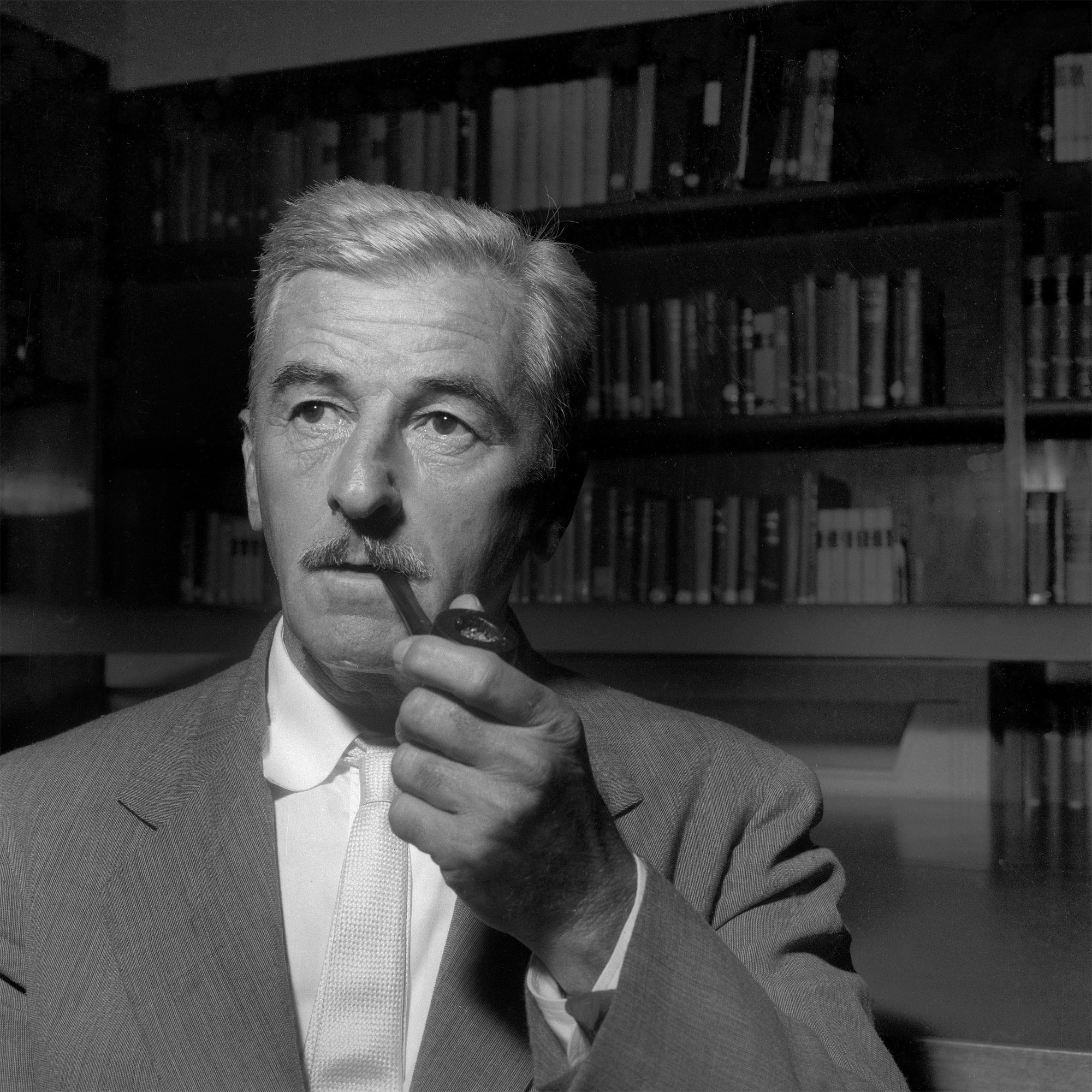 Portrait de William Faulkner en 1955.