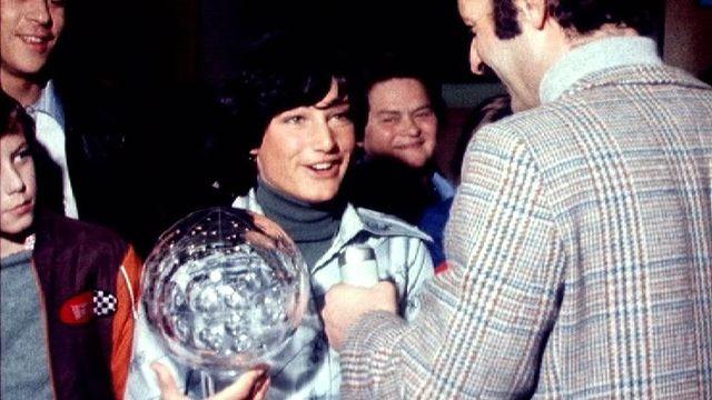 Lise-Marie Morerod avec son globe de cristal en 1977. [RTS]
