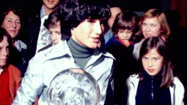 Lise-Marie Morerod avec son globe de cristal lors de la réception à la radio en 1977. [RTS]