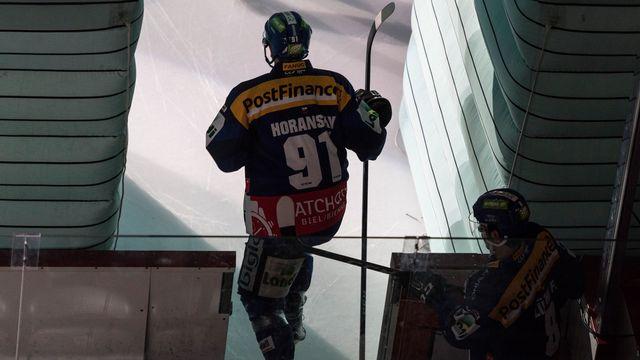 Les joueurs du HC Bienne montent sur la glace pour affronter le CP Berne. [Alessandro della Valle - Keystone]