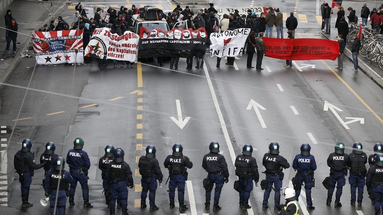 Le groupe vise un effet préventif en s'interposant entre police et casseurs. [Peter Klaunzer - Keystone]