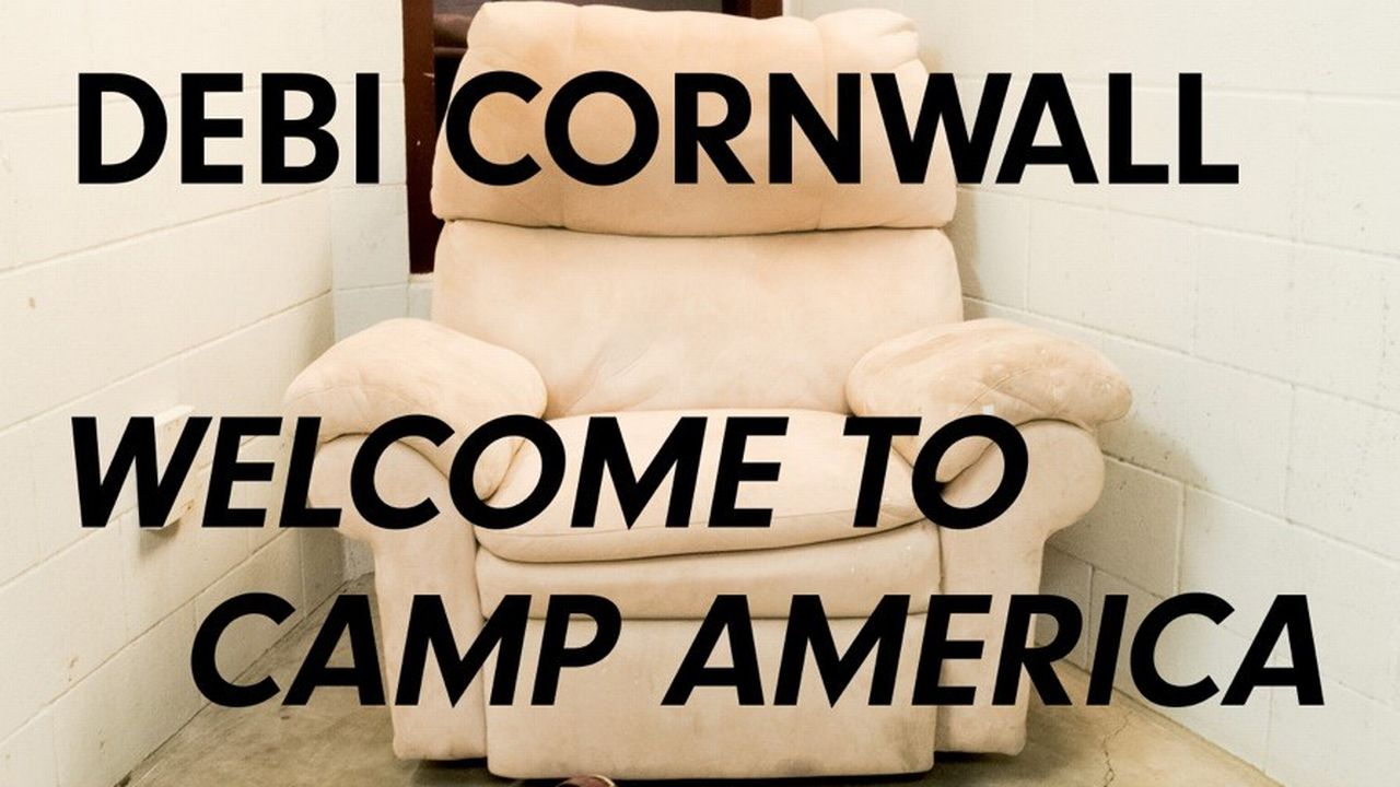 "Affiche de l'exposition ""Welcome to Camp America"". [Debi Cornwall - CPG]"