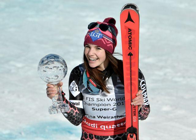 Tina Weirather avec son trophée de la discipline remporté lors du dernier super-G à Aspen. [Klaus Techt - Keystone]
