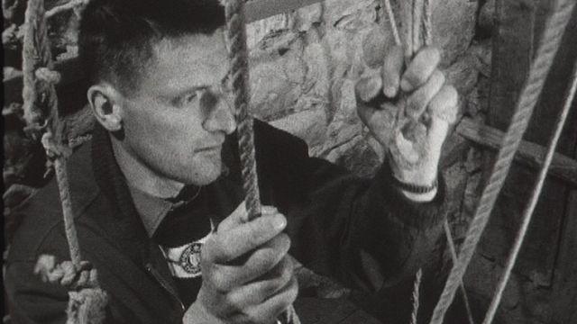 Rémy Mariétan carillonneur à cordes de l'église de Champéry en 1960. [RTS]