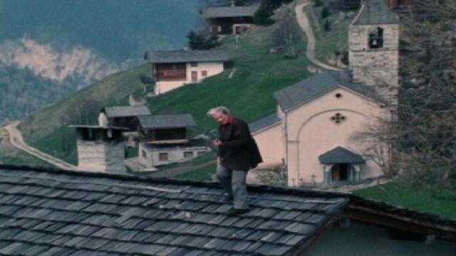 Ella Maillart sur le toit de son chalet de Chandolin en 1973. [RTS]