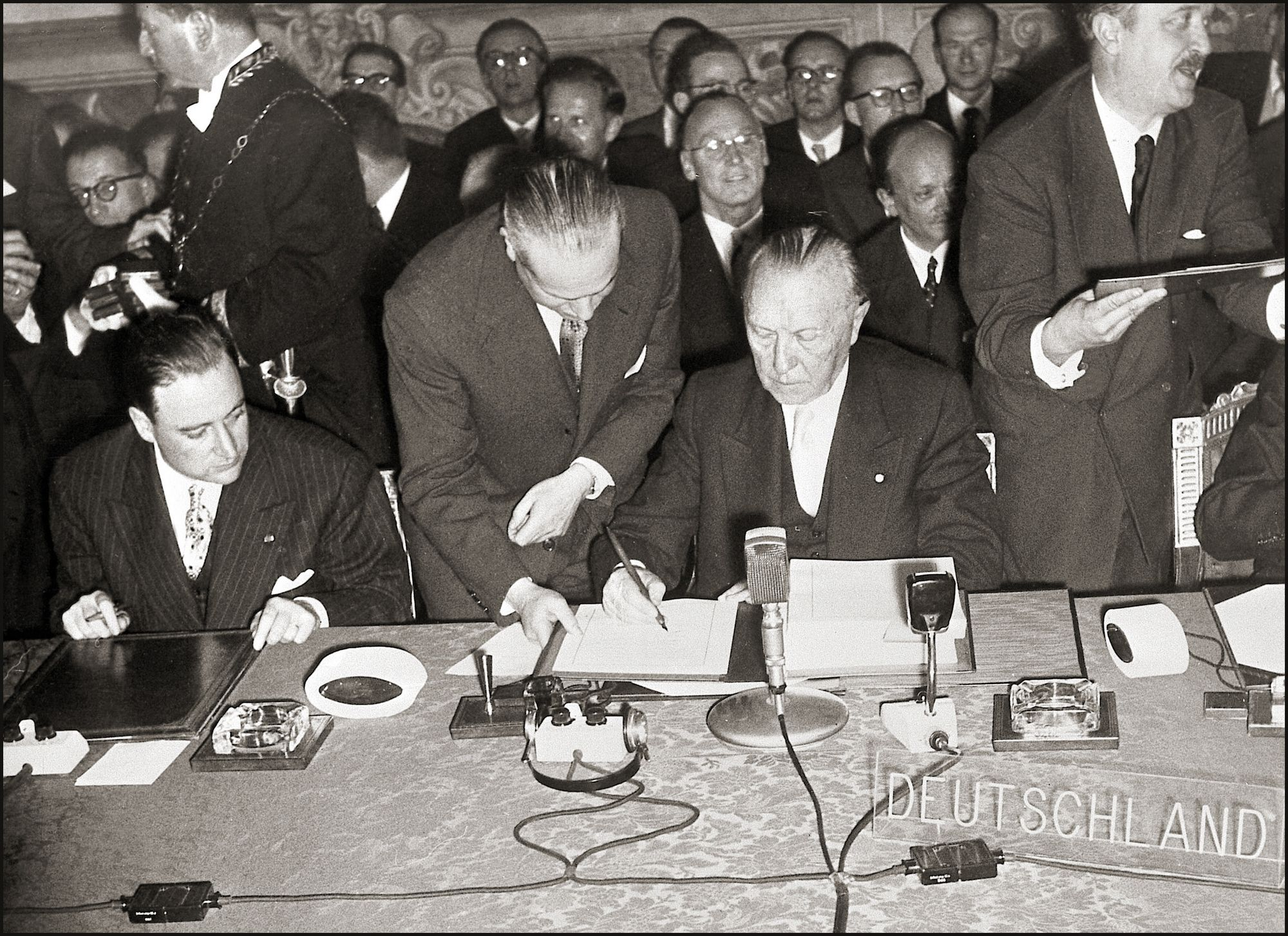 Sur la photo, le chancelier allemand Adenauer signe le Traité de Rome.